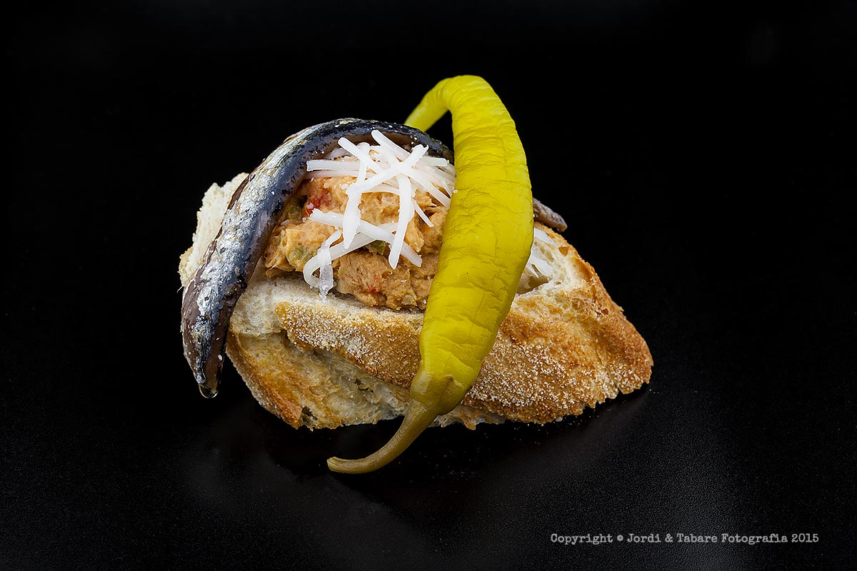 Llesqueta amb cremós de tonyina, anxova i bitxo